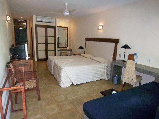 Nilaveli Beach Hotel: Another view of the deluxe room