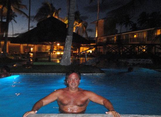 Hotel Solar Porto de Galinhas: en la piscina anocheciendo