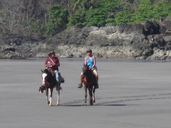 Montezuma, Costa Rica: Our guide and my girlfriend left in the dust after a good gallop.