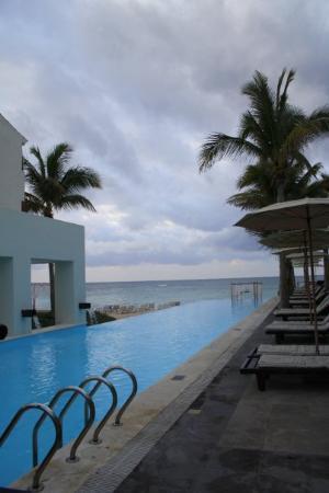 Oasis Tulum: La piscine avec vue sur la mer...
