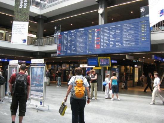 我們抵達瑞士首都 : Bern. 它位於瑞士的中心. 交通網四通八達. 列車的時間表就像機場的班機表般繁密.
