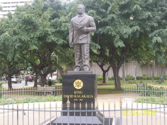 Ala Moana Beach Park: A statue of the guy who founded Waikiki