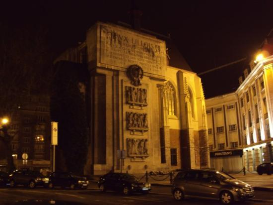Place Rihour : War monument on the side of the remains of the Palais Rihour in Lille