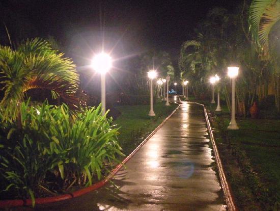 Palma Real Beach Resort & Villas: chemin vers le buffet