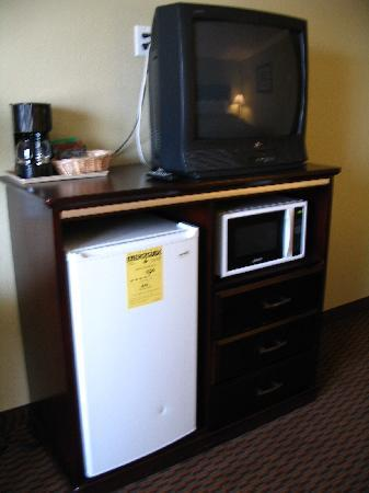 Econo Lodge Inn & Suites: Fridge, Micro and TV