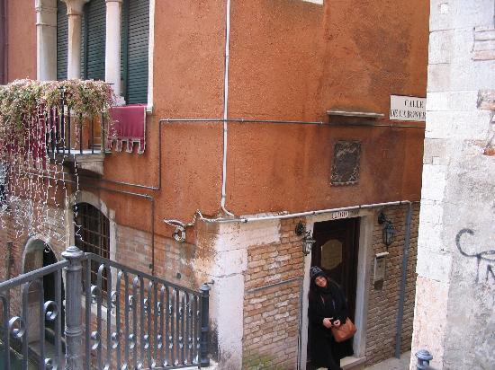 Ca' Bonvicini: Entrace off the small canal