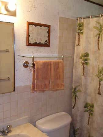 Nona Lani Cottages: Bathroom