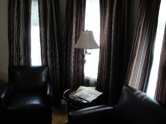 East Bay Bed & Breakfast : Sitting area and window treatments