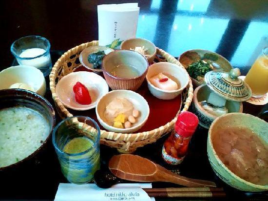 Hotel Nikko Alivila Yomitan Resort Okinawa: 手前の緑の野菜ジュースも飲んでみると美味しかったです。