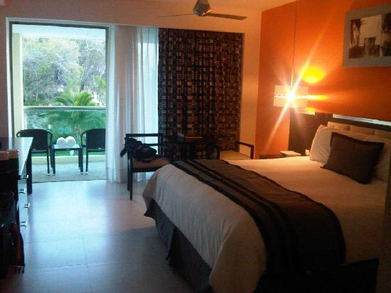 Dreams Huatulco Resort & Spa: King bed room pool/partial ocean view with jacuzzi on balcony