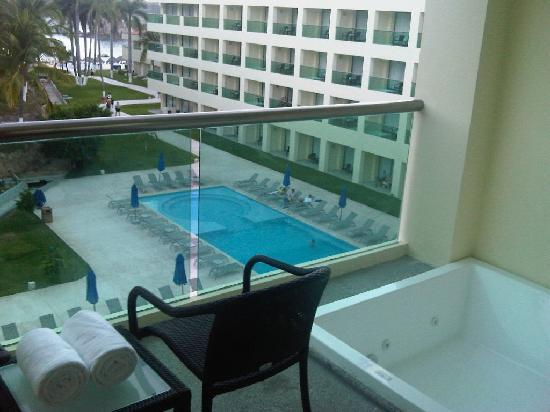 king bed room pool partial ocean view with jacuzzi on balcony picture of dreams huatulco. Black Bedroom Furniture Sets. Home Design Ideas