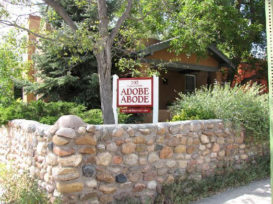 Adobe Abode Bed and Breakfast Inn: The B&B is located on a corner lot. Beautiful plants and flowers in the yard.