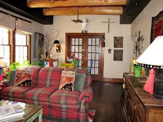 Adobe Abode Bed and Breakfast Inn: I love the eclectic decor of this living room area.  Very nice just to sit there and read.