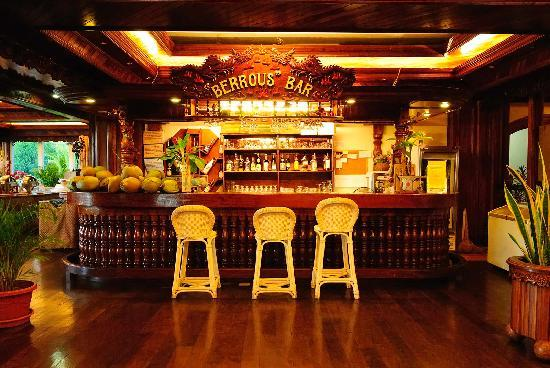 Airai Water Paradise Hotel & Spa: Bar