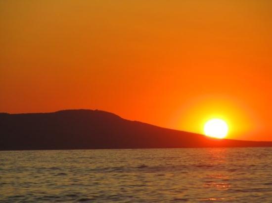 Zonsondergang aan de kust van Polis