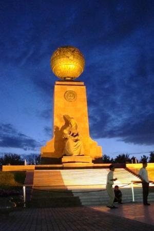 Place de l'Indépendance : A monument in Indepenence Square in Uzbekistan.