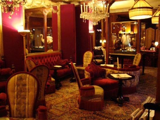 One of the many rooms for drinks bild von h tel costes for Hotel couple paris