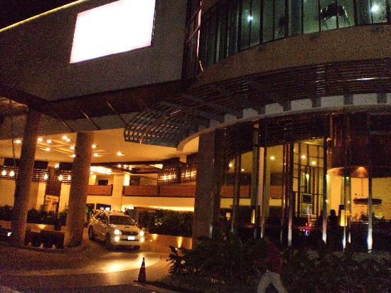 Deevana Plaza Phuket Patong: front of hotel mecure