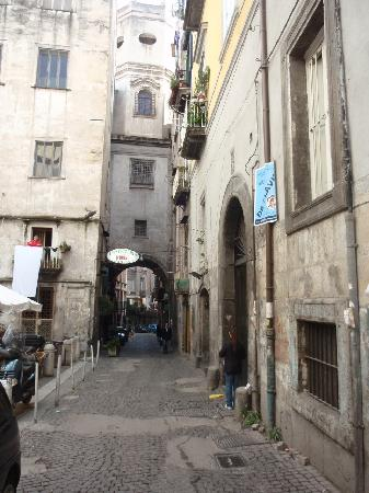 Neapolis Hotel: Typical street in old Naples