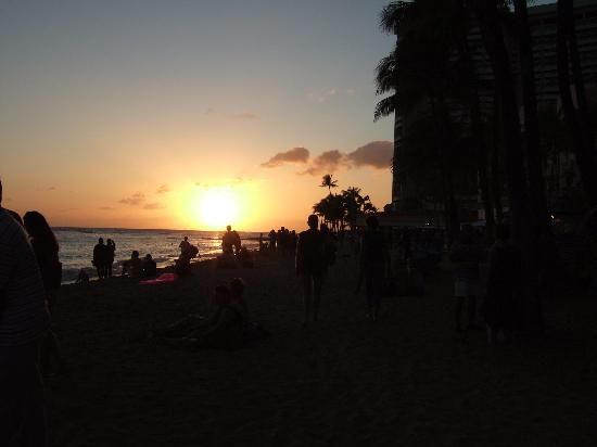 Outrigger Waikiki Beach Resort: Sunset on the beach by the hotel