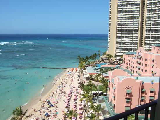 Outrigger Waikiki Beach Resort: View of the beach from our balcony