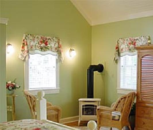 Rocky Springs Bed & Breakfast: Quaint accomadations in the cottage, including a gas fireplace