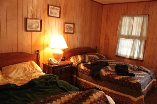 Cave Mountain Motel: Room