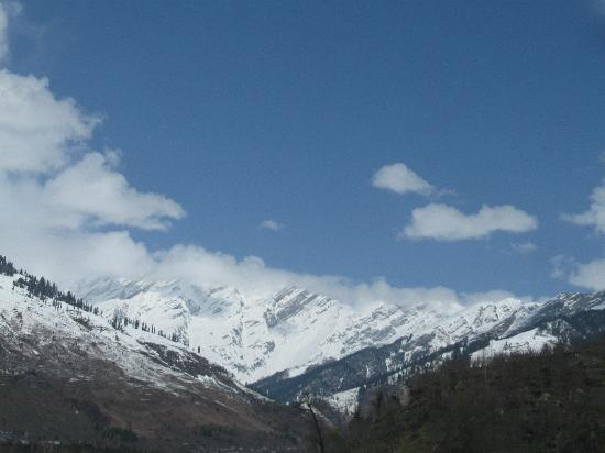 Banon Resorts Manali: snow covered mountains from hotel