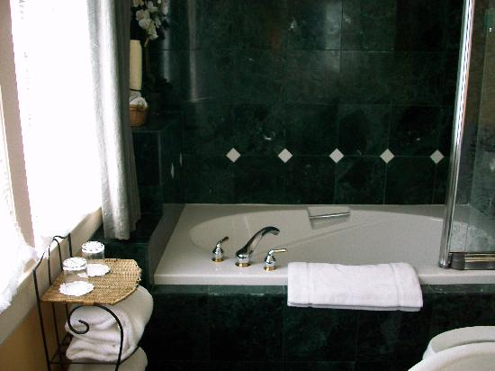 Abigail's Hotel: ...fantastic bathroom!