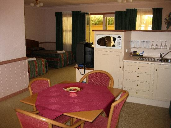 Pioneer Motel: DINING AREA / KITCHENETTE