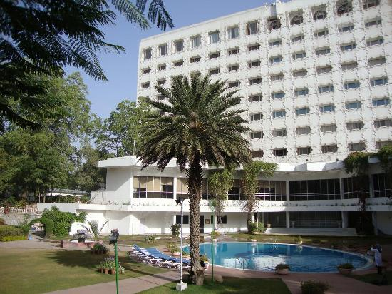 Clarks Amer: pool and hotel