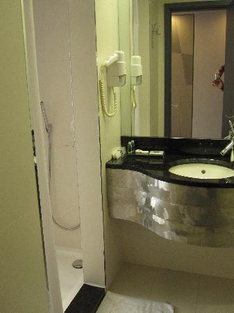 Badezimmer im Zira Hotel