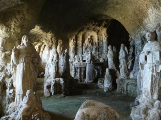 Piedigrotta, Pizzo, Calabria - kostolík do jaskyne vyhĺbili rybári, ktorí uviazli v búrke a modl