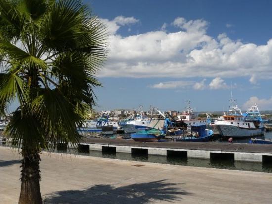 Tarento, Italia: Taranto, Puglia - za nami je centrum mesta, ležiace na ostrove spojenom s pobrežím mostami, cent