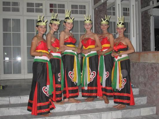 Palangkaraya, Indonesia: Dancers, Plankaraya, Kalimantan