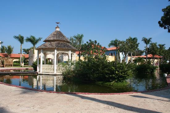Iberostar Hacienda Dominicus: Lago y jardines del hotel