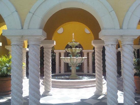 Hilton Grand Vacations at Tuscany Village: Sparkling fountain