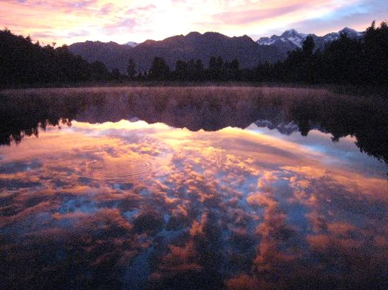 Fox Glacier Mountainview Bed and Breakfast: Lake Matheson Sunrise a few minutes away!