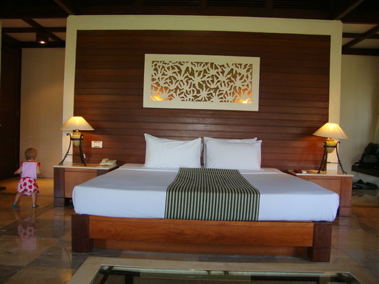 Finna Golf & Country Club Resort : A picture of the bed--open on either side to the bathroom.