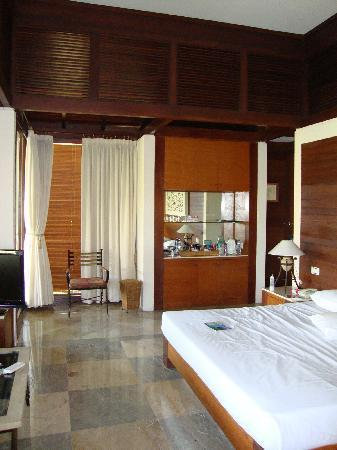 Finna Golf & Country Club Resort : Another angle of the bed and minibar on the far wall