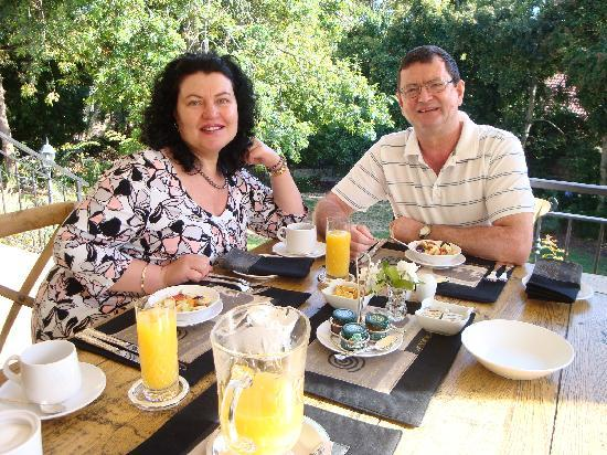 Blaauwheim Guest House: Willem & Denise having a lovely breakfast at Blaauwheim