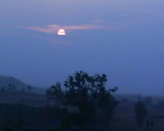 Nashik, อินเดีย: SUN SETTING ... OH IT LOOKS NICE INDEED