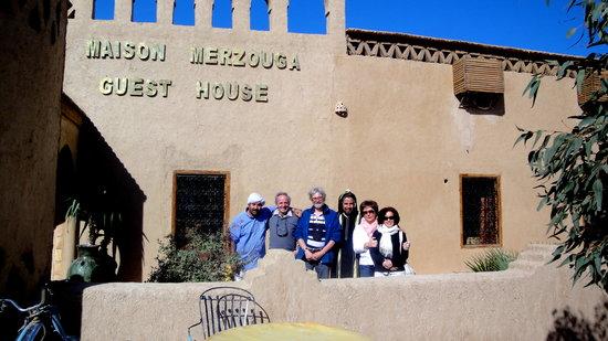 davanti alla Guest House Merzouga