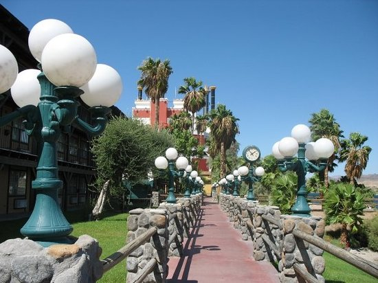Невада: River Walk behind The Pioneer.  Laughlin, NV