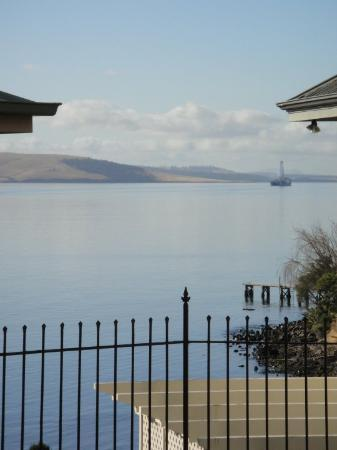 Sullivans Cove : Overlooking the River Derwent, Tasman Sea from some lucky person's house.....