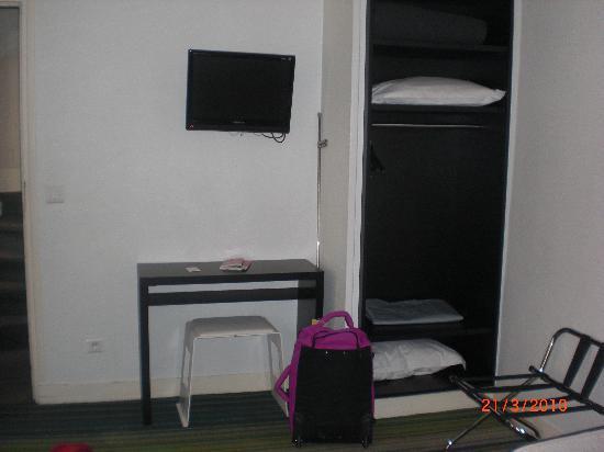 Hotel Lecourbe: Zona de armario y TV