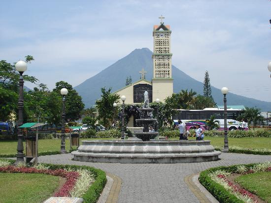 Arenal Rabfer Hotel: Parque, frente a la iglesia de Fortuna, nuestra comunidad