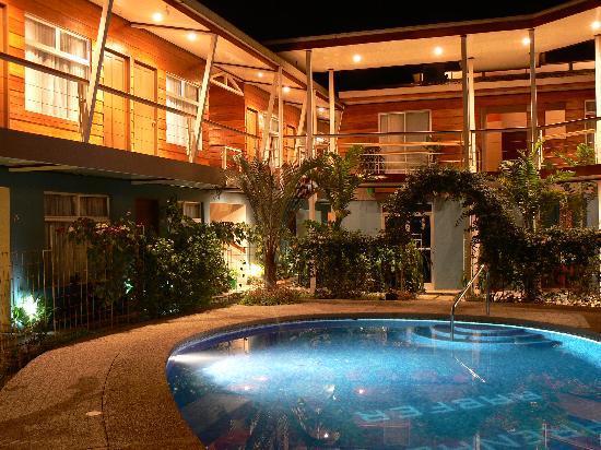 Hotel Arenal Rabfer: Nuestra casa y la suya de noche.