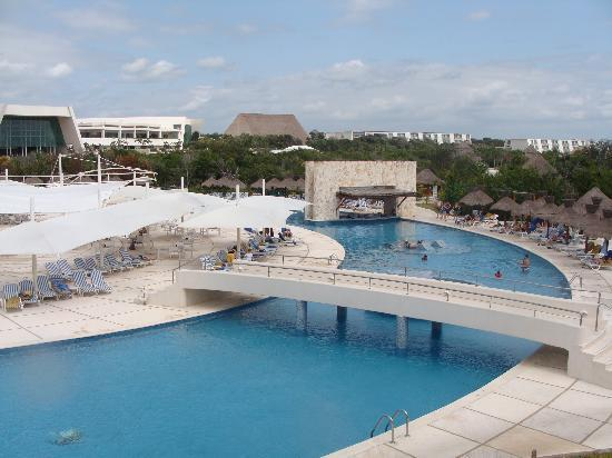 Grand Sirenis Riviera Maya Resort & Spa: view of pool with swim up bar