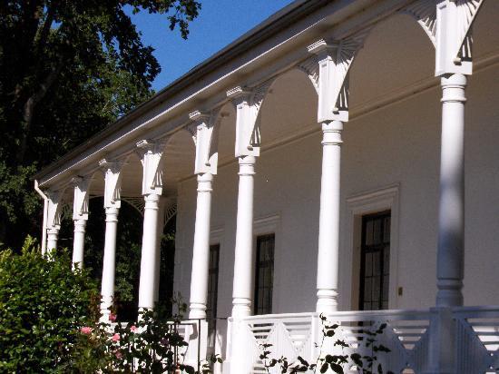 Quamby Estate: Fine verandah